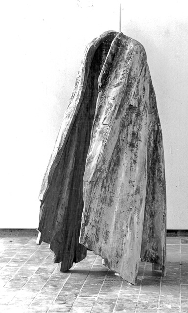 Mantel, Lindenholz bemalt, 132 x 70 x 58 cm, 1995